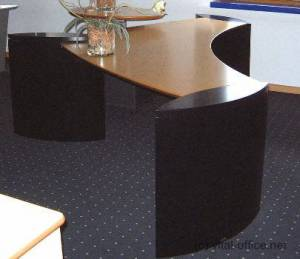 circon executive wing - executive desk - Canadian maple with black bases